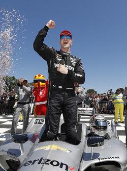 Josef Newgarden, Team Penske Chevrolet celebra en Victory Lane