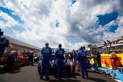 Toro Rosso engineers on the grid with Brendon Hartley, Toro Rosso STR13