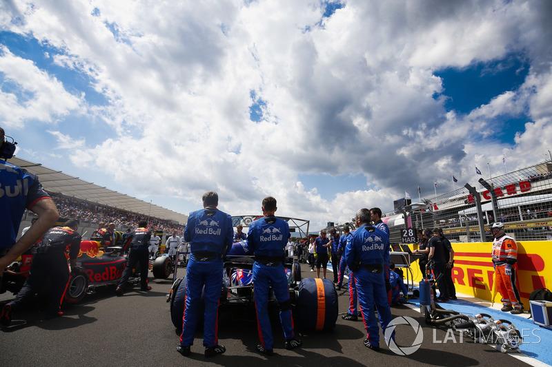 Toro Rosso ingenieros en la parrilla con Brendon Hartley, Toro Rosso STR13