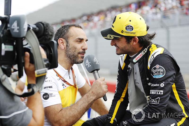 Cyril Abiteboul, managing director Renault Sport F1 Team, interviews Carlos Sainz Jr., Renault Sport F1 Team on the grid