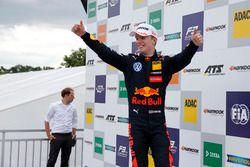 Podio: il vincitore della gara Dan Ticktum, Motopark Dallara F317 - Volkswagen
