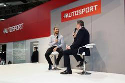 Gary Paffett in gesprek met Henry Hope-Frost op de beursvloer van Autosport
