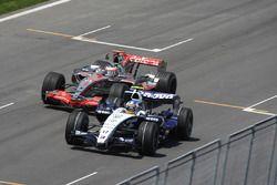 Fernando Alonso, McLaren MP4-22, intenta pasar a Alex Wurz, Williams FW29