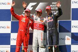 Podio: il secondo classificato Kimi Raikkonen, Ferrari, il vincitore della gara Lewis Hamilton, McLaren, il terzo classificato Mark Webber, Red Bull Racing