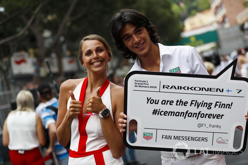 Una chica de la parrilla tiene un mensaje para Kimi Raikkonen, Ferrari