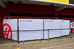 Paravents devant le garage Haas F1 Team