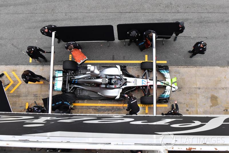 Mercedes tentando esconder o jogo.