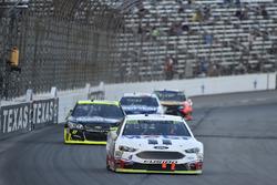 Kevin Harvick, Stewart-Haas Racing Ford, Paul Menard, Richard Childress Racing Chevrolet