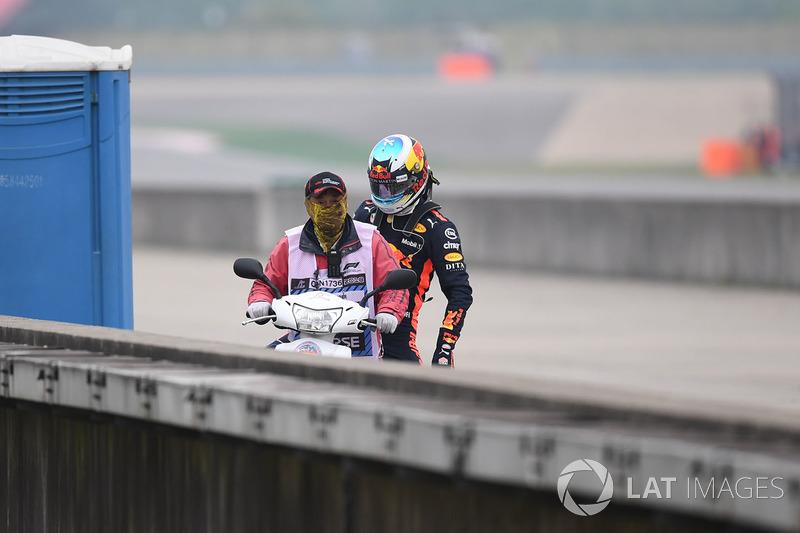 Daniel Ricciardo, Red Bull Racing detenido en la pista en PL3 y toma un scooter