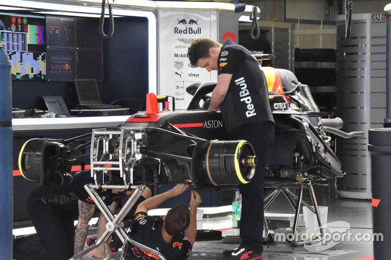 Miembros del equipo Red Bull Racing en el trabajo