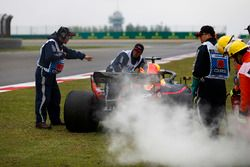 Oficiales sacan el auto de Daniel Ricciardo, Red Bull Racing RB14 Tag Heuer