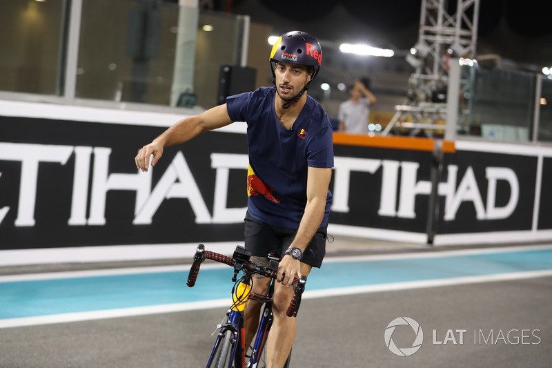 Daniel Ricciardo, Red Bull Racing pistte bisiklete biniyor