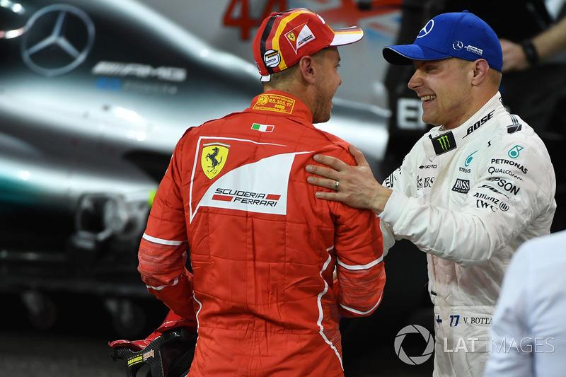Ganador de la pole Valtteri Bottas, Mercedes AMG F1 y Sebastian Vettel, Ferrari