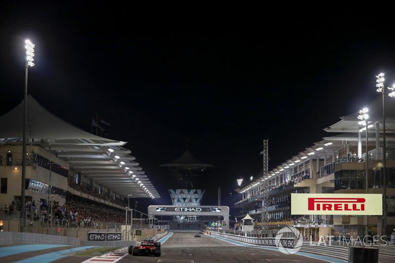 Sebastian Vettel, Ferrari SF70H y Brendon Hartley, Scuderia Toro Rosso STR12