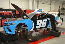 I meccanici Gaunt Brothers Racing preparano la vettura di D.J. Kennington