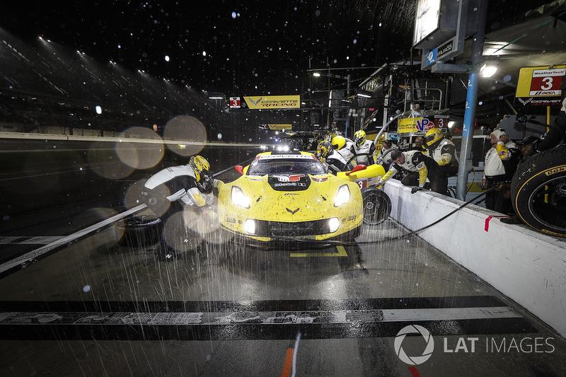 #3 Corvette Racing Chevrolet Corvette C7.R, GTLM: Antonio Garcia, Jan Magnussen, Mike Rockenfeller, pit stop