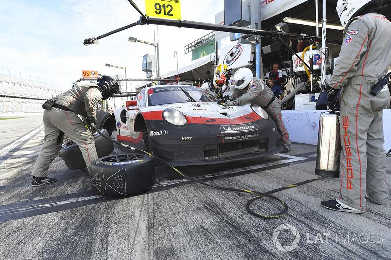 #912 Porsche Team North America Porsche 911 RSR, GTLM: Gianmaria Bruni, Laurens Vanthoor, Earl Bamber, pit stop