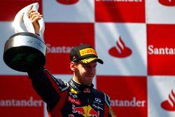 Подиум: победитель гонки Себастьян Феттель, Red Bull Racing RB7