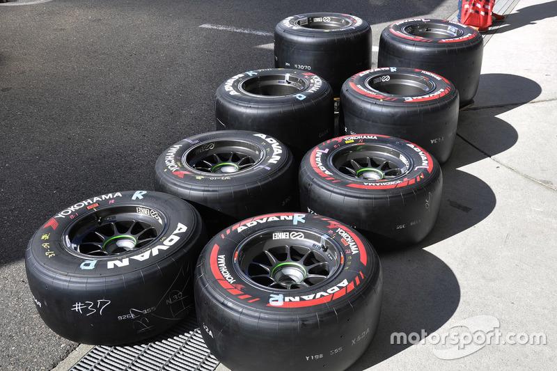 """鈴鹿合同テストに持ち込まれた横浜タイヤ。右の赤いマーキングが""""新""""ソフトタイヤ"""