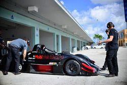 Equipo trabaja en el coche de #40 FP2 Norma M20F: Ethan Low & Orlem Sonora of Speed Syndicate Motors