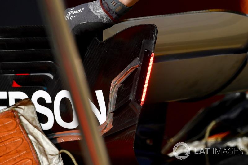 Mercedes-AMG F1 W09 con luces en el detalle del ala trasera