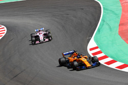 Fernando Alonso, McLaren MCL33, Esteban Ocon, Force India VJM11