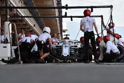 Antonio Giovinazzi, Sauber C37 pit stop