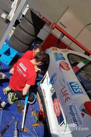Meccanici al lavoro sulla 911 GT3 Cup di Vincenzo Montalbano, Ghinzani Arco Motorspor
