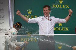 Zwycięzca Lewis Hamilton, Mercedes AMG F1 tryska szampanem na podium