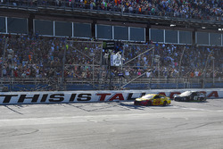 Joey Logano, Team Penske, Ford Fusion Shell Pennzoil takes the checkered flag