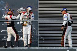 Le podium du LMGTE Am : les troisièmes #61 Clearwater Racing Ferrari 488 GTE: Weng Sun Mok, Keita Sawa, Matthew Griffin