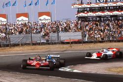 Gilles Villeneuve, Ferrari 126CK met Jacques Laffite, Ligier JS17 Matra en John Watson, McLaren MP4/1 Ford.
