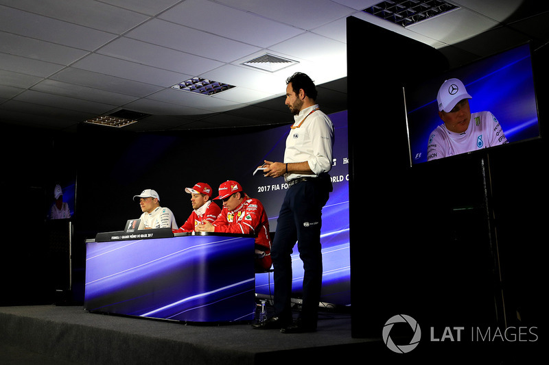 Ganador de la carrera Valtteri Bottas, Mercedes AMG F1 Sebastian Vettel, Ferrari, Kimi Raikkonen, Ferrari y Matteo Bonciani, Delegado de medios de comunicación de la FIA en la Conferencia de prensa
