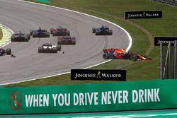 Crash Daniel Ricciardo, Red Bull Racing RB13 en Stoffel Vandoorne, McLaren MCL32