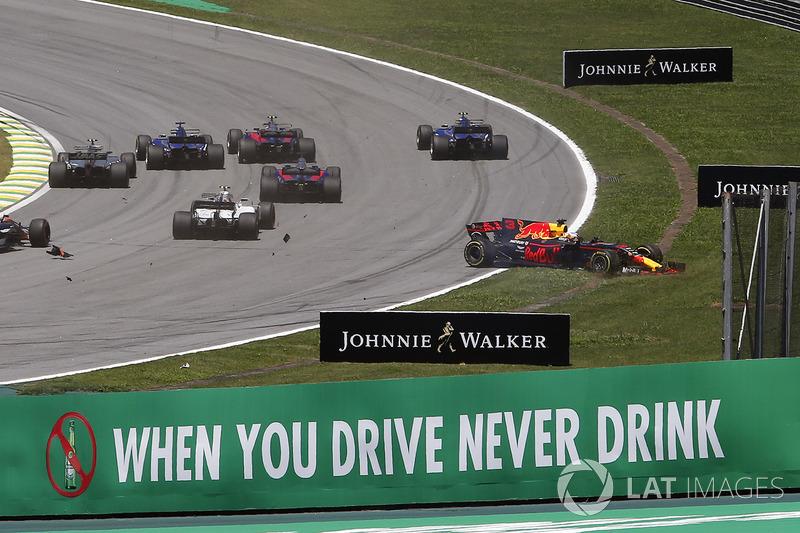 Daniel Ricciardo, Red Bull Racing RB13 y Stoffel Vandoorne, McLaren MCL32 chocan al inicio