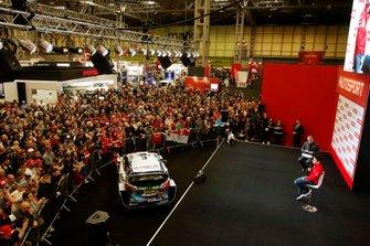 Il presentatore Stuart Codling intervista Charles Leclerc, Ferrari sul palco dell'Autosport davanti a una folla numerosa