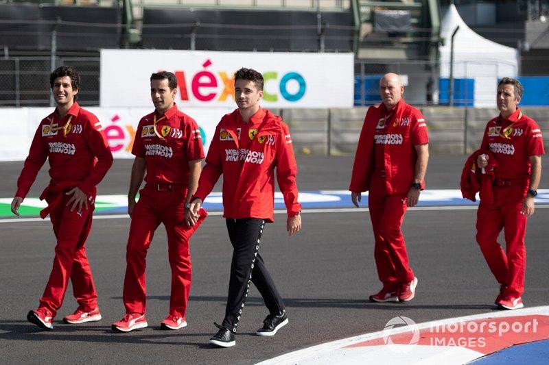 Charles Leclerc, Ferrari camina por el circuito