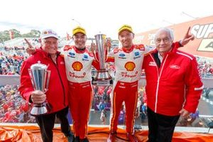 1. Scott McLaughlin, Alexandre Prémat, DJR Team Penske Ford, mit Dick Johnson und Roger Penske