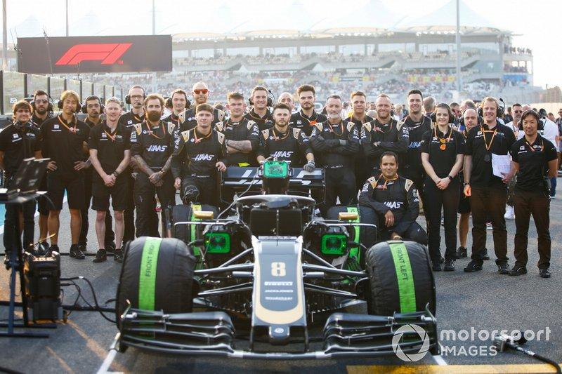 Los mecánicos de Haas posan con el Romain Grosjean Haas F1 Team VF-19