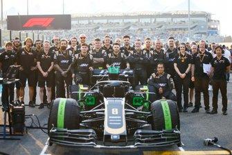 Haas mechanics pose with the Romain Grosjean Haas F1 Team VF-19