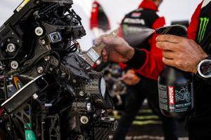 Un mécanicien Monster Energy Honda Team au travail