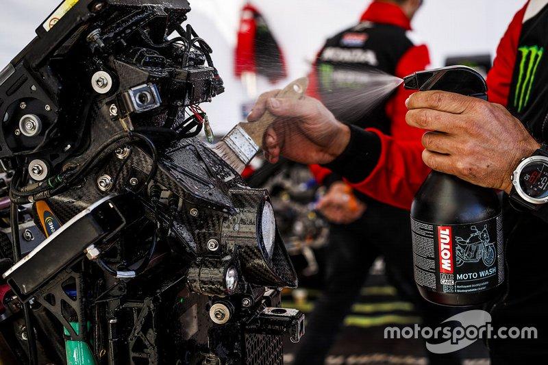 Membro del team Monster Energy Honda al lavoro