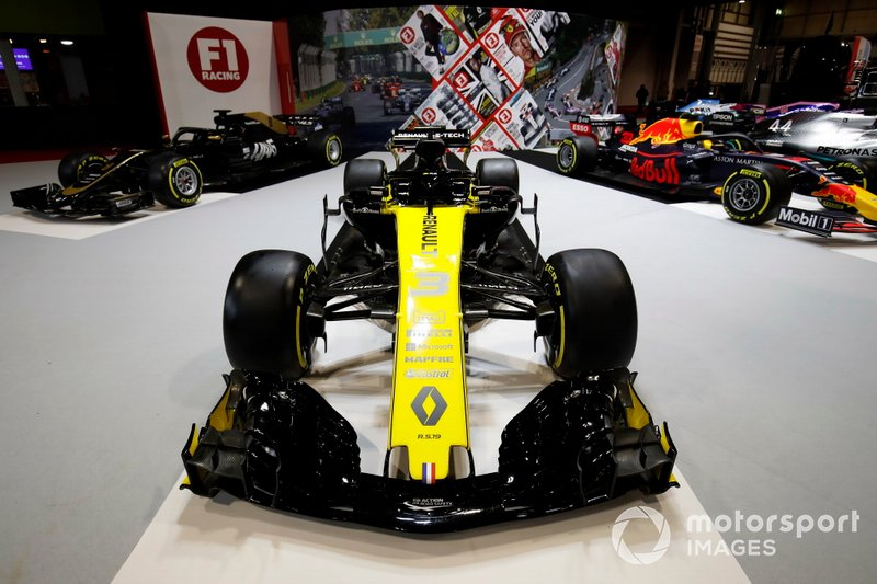 A Renault R.S.19 on the F1 Racing stand