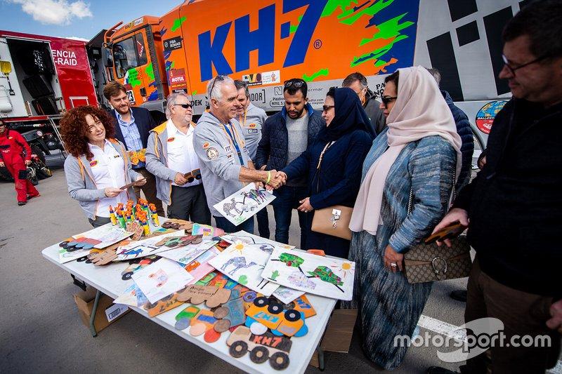 KH-7 Epsilon Team con i funzionari dell'Associazione dei bambini disabili