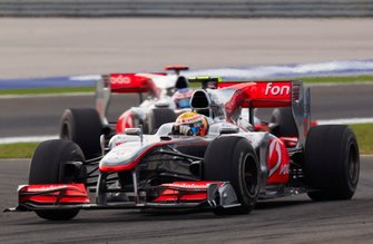 Lewis Hamilton, McLaren MP4-25 Mercedes, voor Jenson Button, McLaren MP4-25 Mercedes