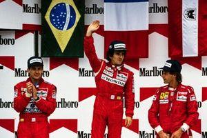Podio: Ganador de la carrera Alain Prost, segundo lugar Ayrton Senna, McLaren, tercer lugar Gerhard Berger, Ferrari