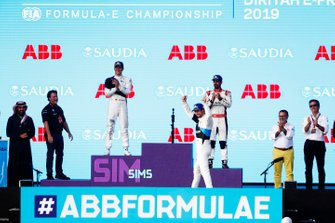 Alexander Sims, BMW I Andretti Motorsports, BMW iFE.20, festeggia sul podio dopo aver vinto la gara