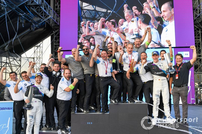 Alexander Sims, BMW I Andretti Motorsports, 1st position congratulates Maximilian Gunther, BMW I Andretti Motorsports, BMW iFE.20, 2nd position, celebrate with their team
