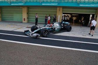George Russell sulla Mercedes mule car a Yas Marina per la seconda giornata di test con le gomme Pirelli da 18 pollici per il 2021