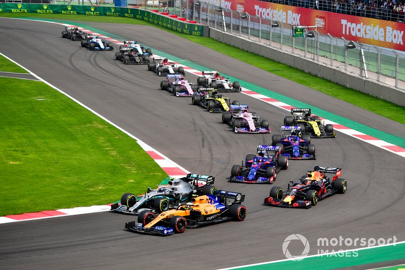 Lando Norris, McLaren MCL34, precede Valtteri Bottas, Mercedes AMG W10, Max Verstappen, Red Bull Racing RB15, Daniil Kvyat, Toro Rosso STR14, Pierre Gasly, Toro Rosso STR14, Daniel Ricciardo, Renault F1 Team R.S.19, e il resto del gruppo, alla partenza